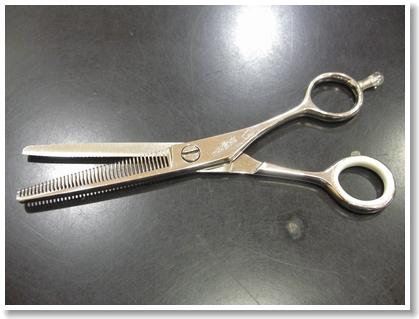 美容師のこだわり道具「セニングシザー(スキ鋏)」