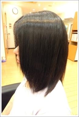 弱酸性縮毛矯正のビフォーアフター[後] 左側、ミディアム
