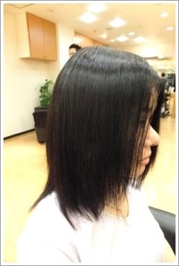弱酸性縮毛矯正のビフォーアフター[後] 右側、ミディアム