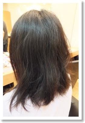 弱酸性縮毛矯正のビフォーアフター[前01] 左側、ミディアム
