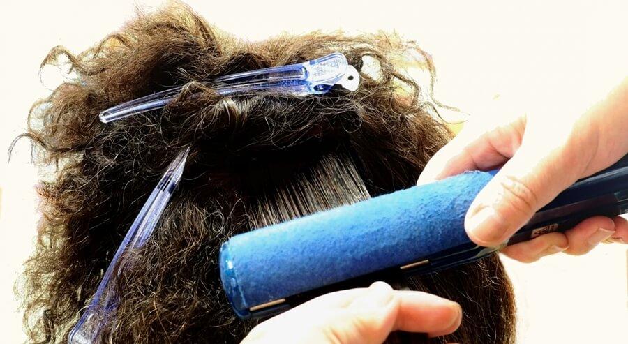 縮毛矯正のストレートアイロン画像