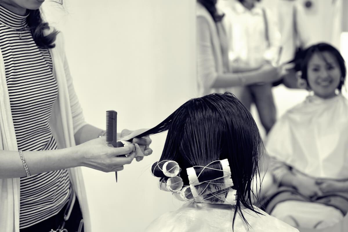 パーマ中の美容師のイメージ画像